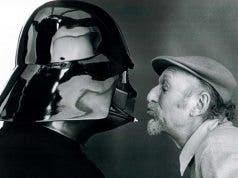 Irvin Kershner besando a Darth Vader