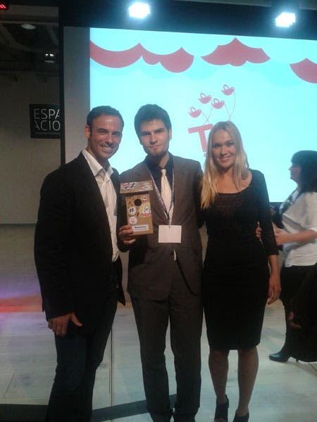 Eduardo-Quintana-junto-a-los-presentadores-de-la-gala-de-los-premios-Tweets-Awards-2012