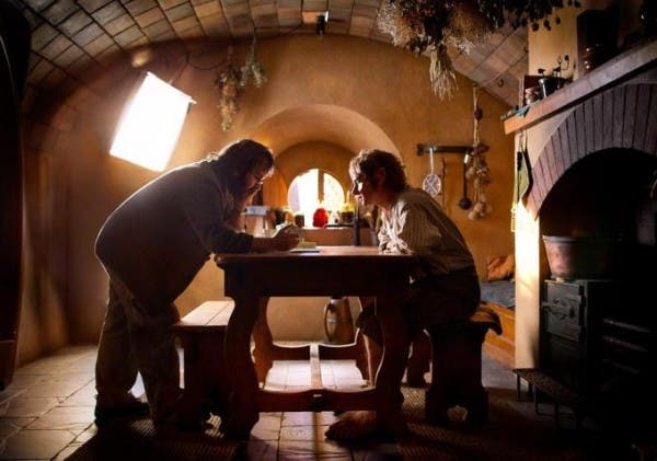 Peter Jackson dando instrucciones a Martin Freeman en el rodaje de 'El hobbit: Un viaje inesperado'