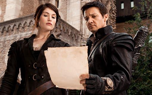HANSEL y GRETEL: Cazadores de brujas. Gemma Arterton y Jeremy Renner