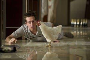 Ed Helms, con una gallina, en una escena de 'Resacón en Las Vegas'