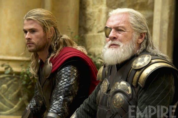 Chris Hemsworth y Anthony Hopkins en Thor: El mundo oscuro