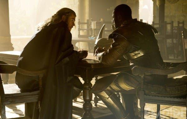 Chris Hemsworth junto a Idris Elba en Thor: El mundo oscuro