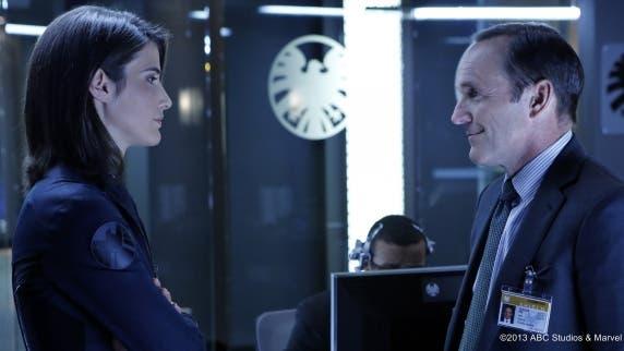 Cobie Smulders como La agente Maria Hill y Clark Gregg como El agente Coulson