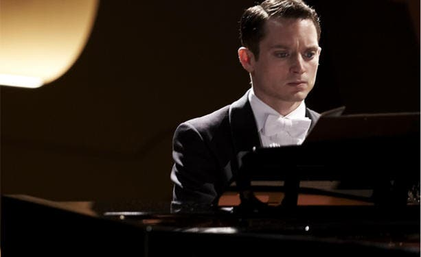Elijah-Wood-en-Grand-Piano