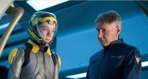 Asa Butterfield junto a Harrison Ford en El juego de Ender