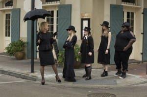 Jessica Lange, con las brujas de la academia.