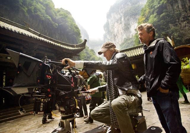 Michael Bay dando instrucciones durante el rodaje de TRANSFORMERS: La era de la extinción