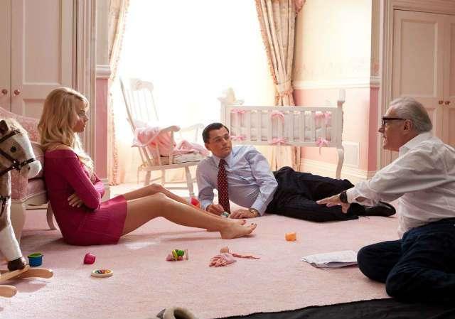 Scorsese dando instrucciones a Margot Robbie y Leonardo DiCaprio en el rodaje de El lobo de Wall Street