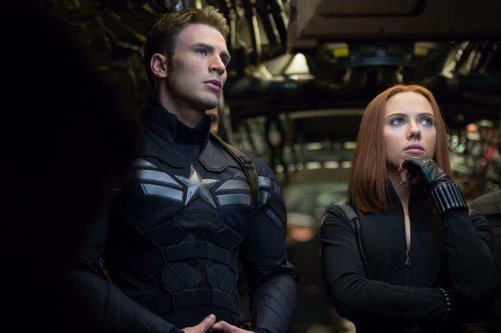 Fotograma de Capitán América El soldado de invierno. Chris Evans junto a Scarlett Johansson
