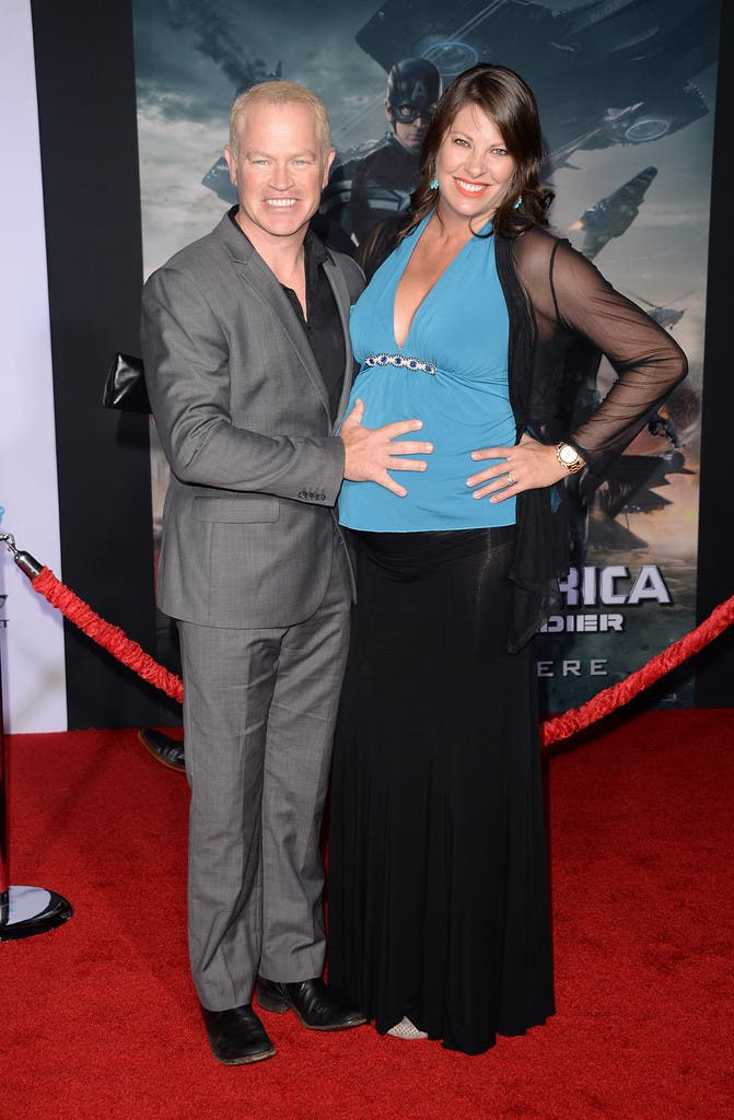 Neal McDonough junto a su esposa interpreta a Timothy 'Dum Dum' Dugan