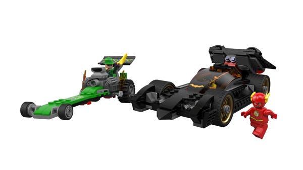 Versión de The Flash de LEGO junto al Batmobil de Batman