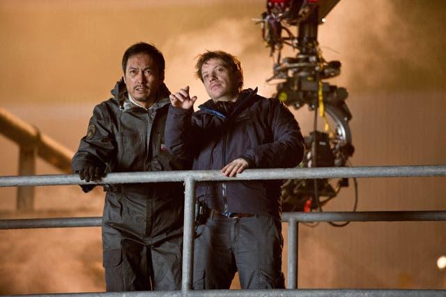 Gareth-Edwards-junto-a-Ken-Watanabe-en-el-rodaje-de-Godzilla-2014