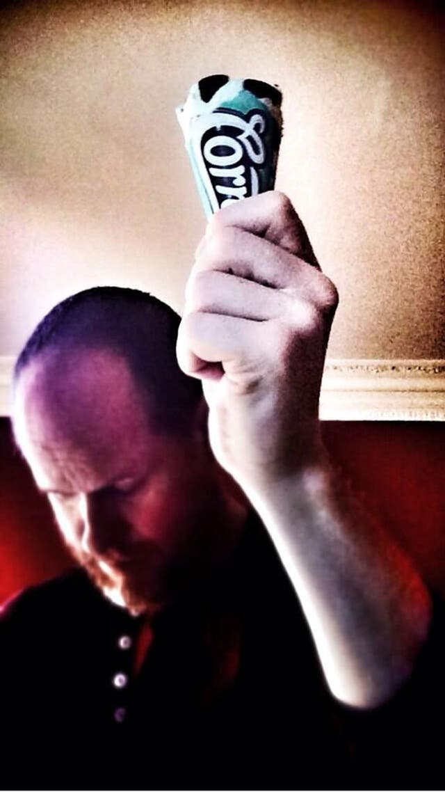 Joss Whedon sujetando un Cornetto Ant-Man