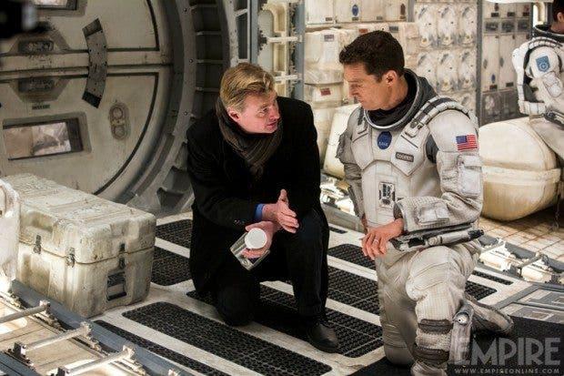 Christopher Nolan dando instrucciones a Matthew McConaughey en interstellar