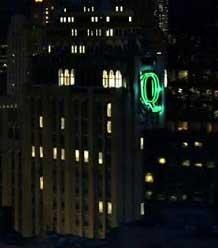 ¿Qué hace el logo de Queen Consolidated de la serie Arrow en Gotham?