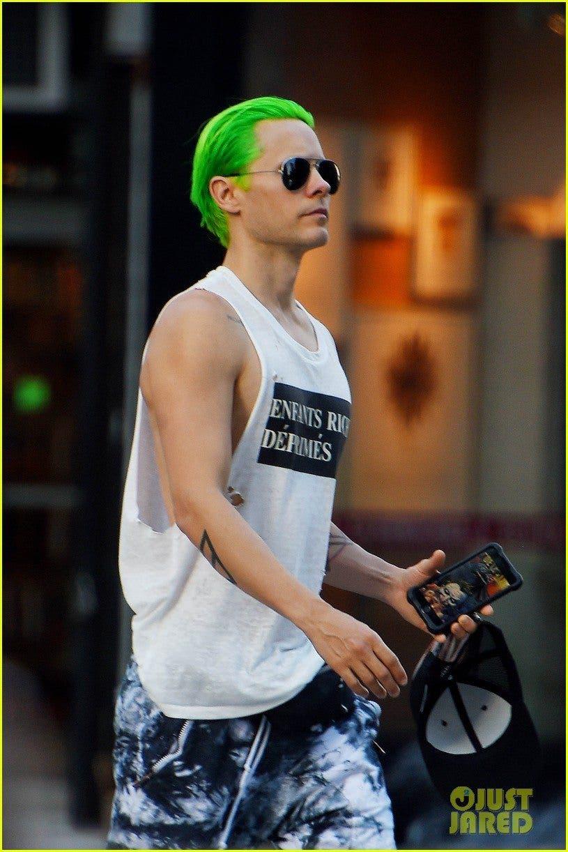 Jared Leto con el fondo del Joker