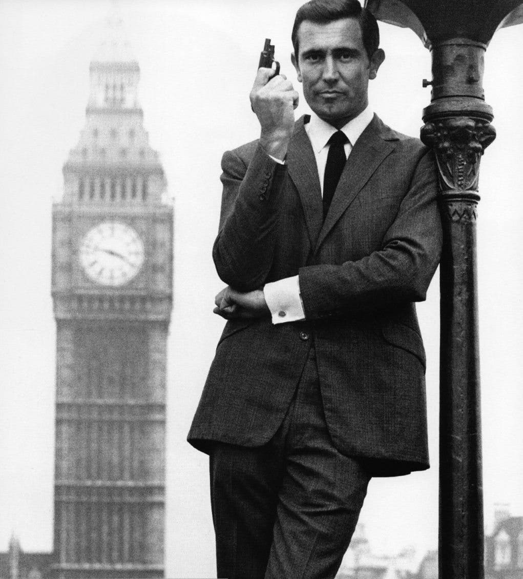 George Lazenby como James Bond