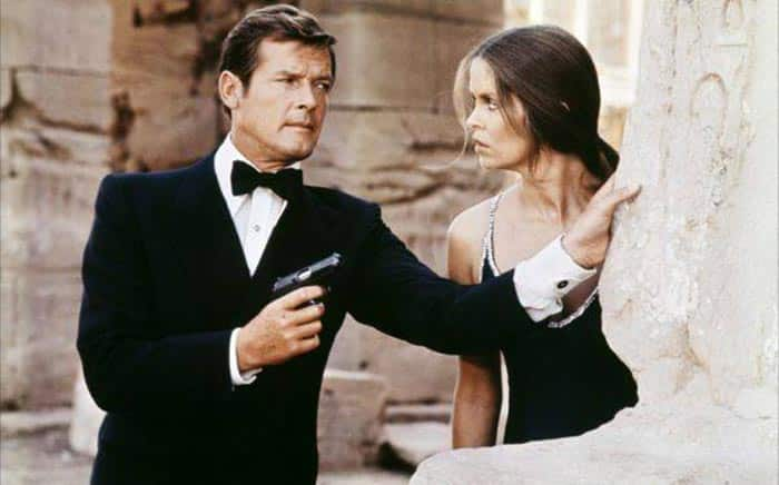 Roger Moore como James Bond