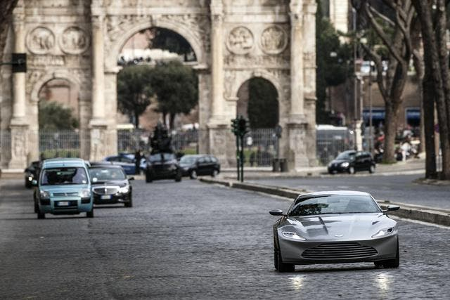 Daniel Craig conduce un Aston Martin en James Bond 007 'Spectre' en Roma