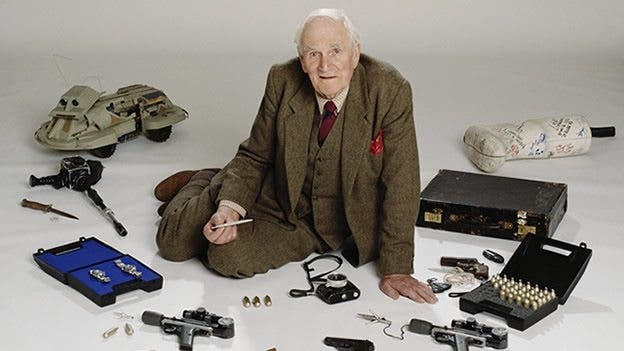 Mr-Q encargado de los gadgets de James Bond