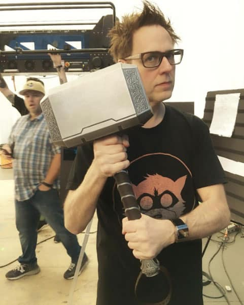 James-Gunn-con-el-martillo-de-Thor-en-el-rodaje-de-Guardianes-de-la-galaxia-vol-2