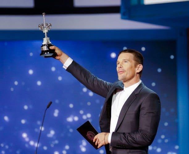 Ethan Hawke, con el Premio Donostia en la gala del 64 Festival de San Sebastián