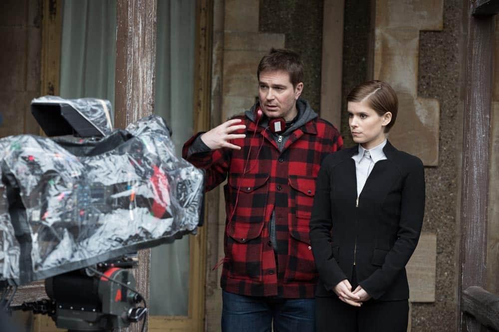 Luke Scott dando instrucciones a Kate Mara durante el rodaje de Morgan