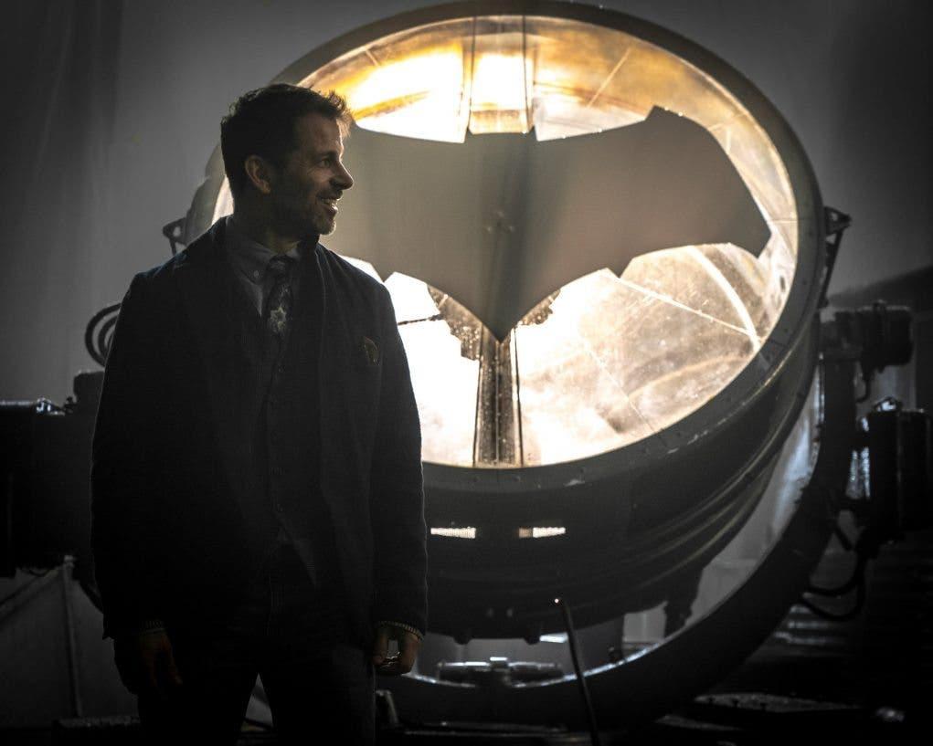 Zack Snyder junto a la Batseñal en el rodaje de Justice League
