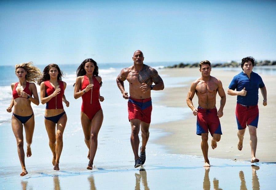 Tenemos un nuevo tráiler del reboot de Vigilantes de la Playa (Baywatch), adaptación cinematográfica de la serie de televisión en tono de parodia