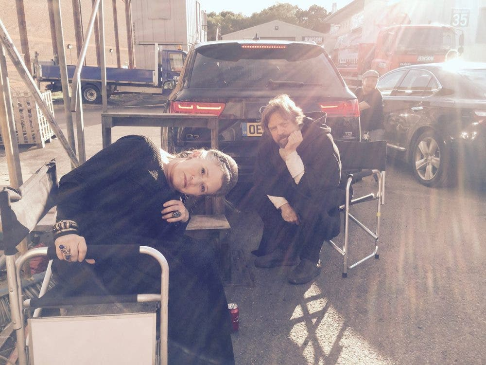 Carrie Fisher y Mark Hamill juntos en una imagen en el set de Star Wars: Episodio VIII