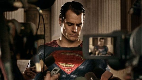 "Henry Cavill celebra el ""National Superhero Day"" vestido de Superman"