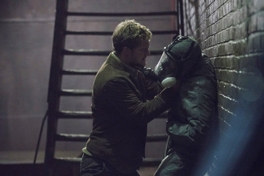 Iron Fist pelea contra un enemigo en The Defender (Netflix Marvel)