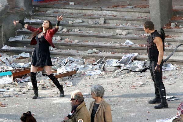 Ojo de Halcon y Bruja Escarlata en Vengadores: La Guerra del Infinito