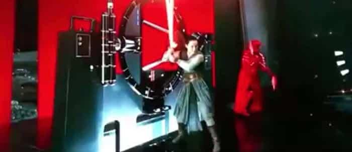 Rey en Star Wars: Los Últimos Jedi con el sable rojo de Kylo Ren