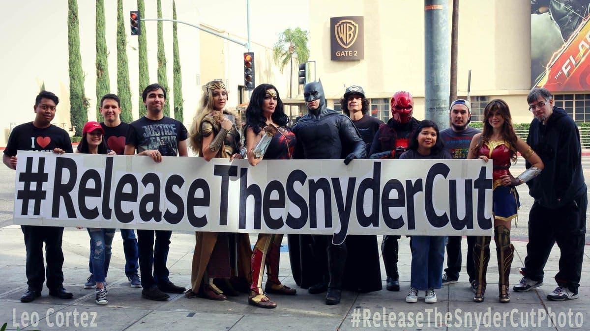 manifestantes en la puerta de Warner Bros pidiendo la Liga de la justicia Director Cut