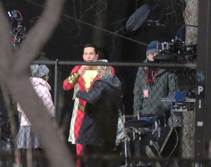 Imagen del traje de Shazam en el rodaje con Zachary Levi