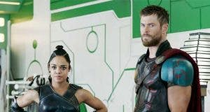 Tessa Thompson y Chris Hemsworth en Thor: Ragnarok