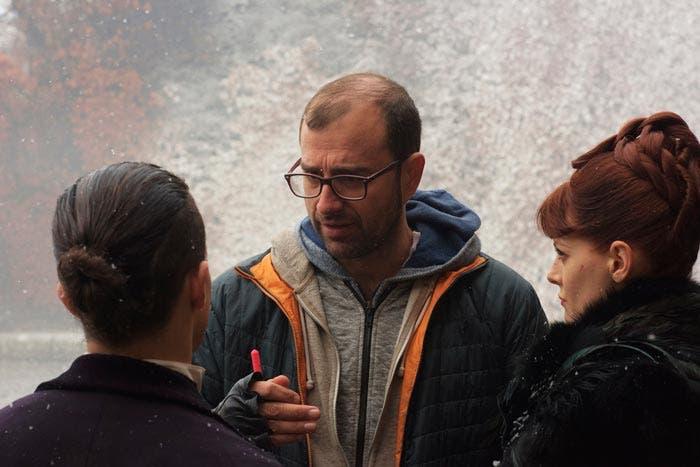 Paco Cabezas dando instrucciones en el rodaje de la serie Penny Dreadful