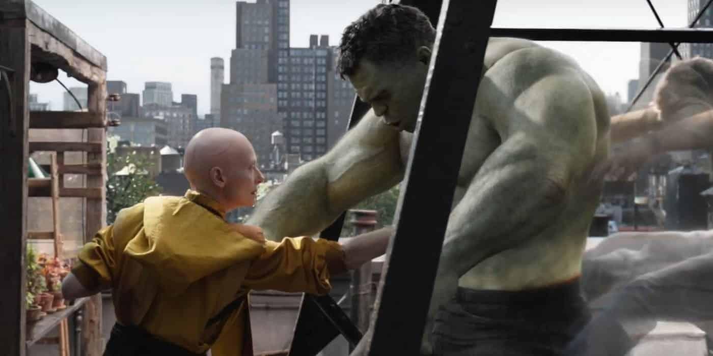 Tilda Swinton en una escena de Vengadores: endgame junto a Hulk como el anciano