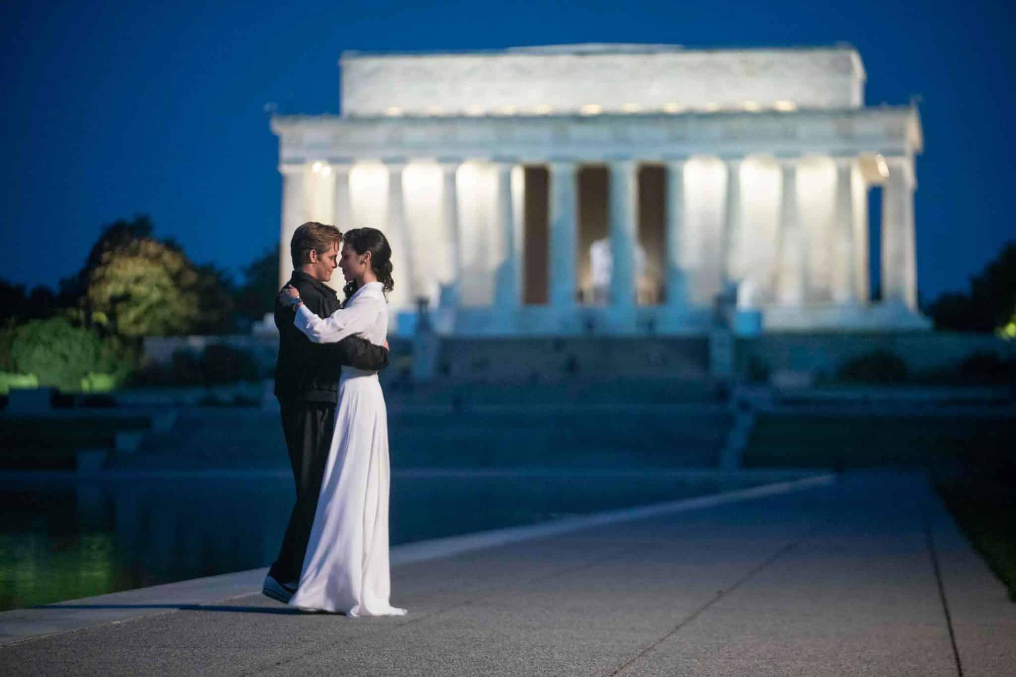 Escena romántica de Steve Trevor y Diana Prince