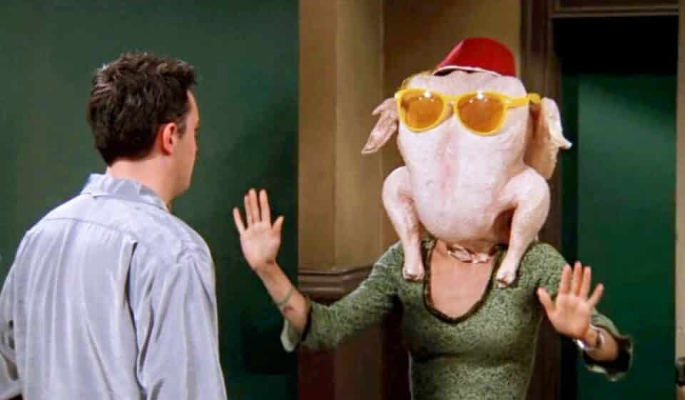 Friends: Courtney Cox recreó la famosa escena del pavo en la cabeza