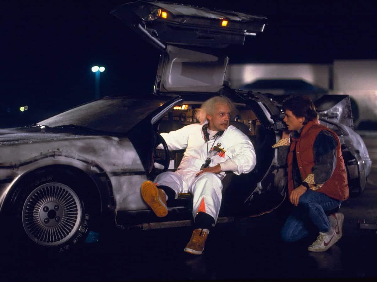 Volver al futuro tendrá una nueva serie en Discovery Plus - Imagen de Doc y Marty junto al DeLorean