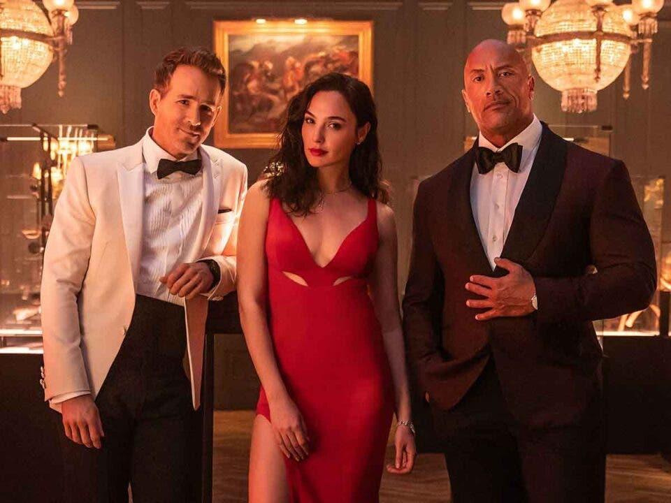 Gal Gadot da una paliza a Dwayne Johnson y Ryan Reynolds en Red Notice de Netflix